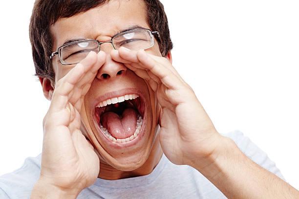 Mann schreit laut – Foto