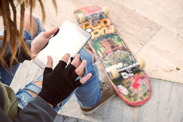Mann sitzt im Freien arbeiten auf einem tablet-PC in warmen Farben mit – Foto