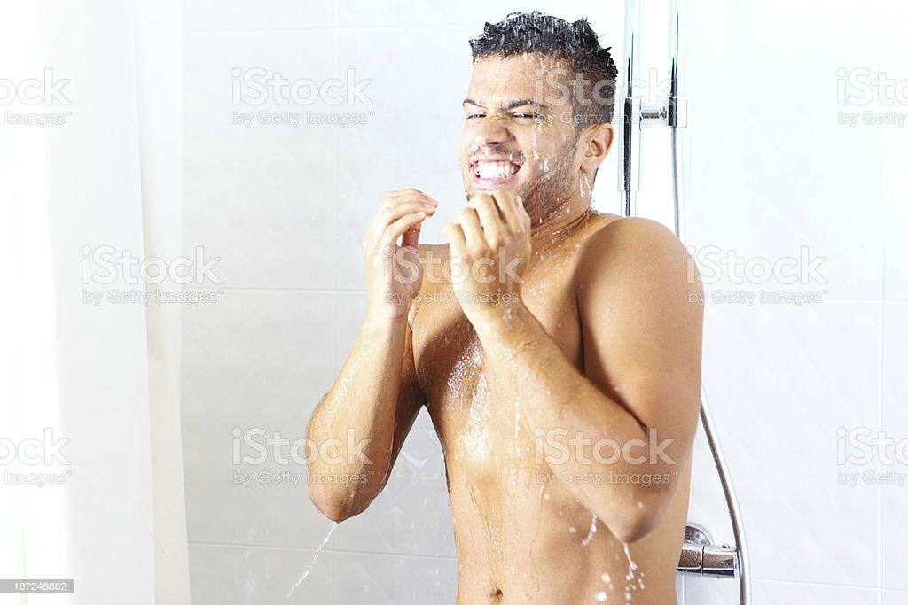 Guy die kalte Dusche. – Foto