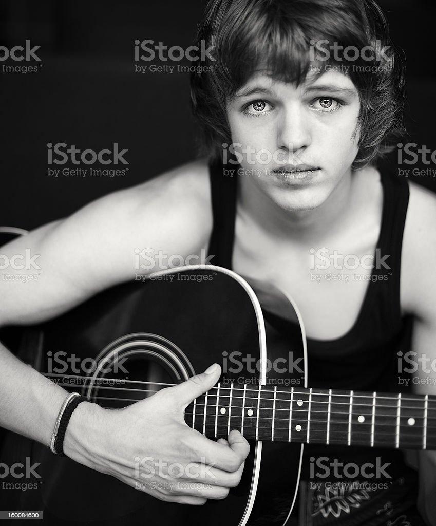 guy mit einer Gitarre. – Foto