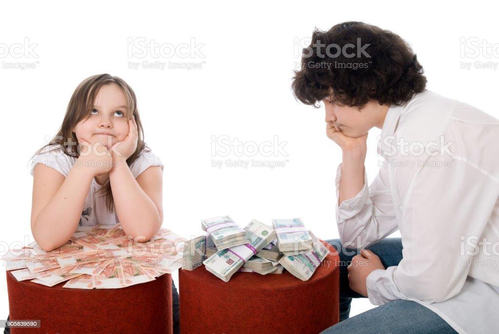 chico con chica cuenta un montón de dinero - foto de stock