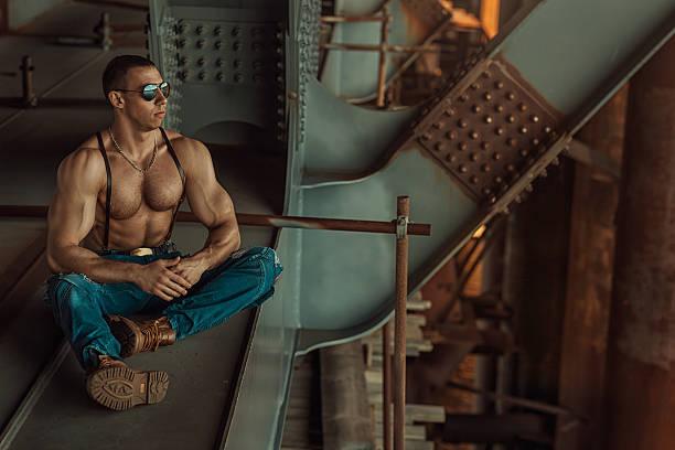 mann mit brille sitzbereich. - killer workouts stock-fotos und bilder