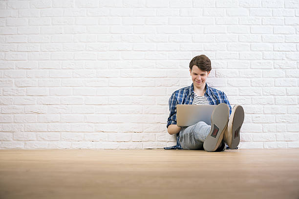 Guy with laptop on floor – Foto