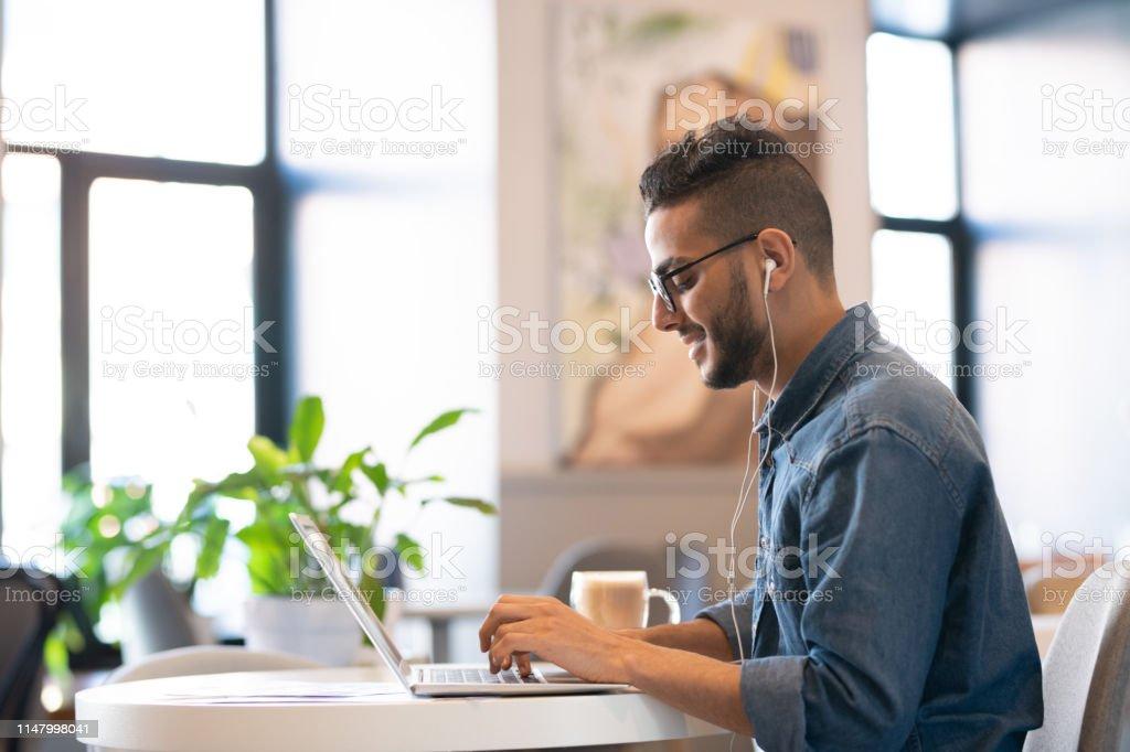 Guy arbeitet - Lizenzfrei Akademisches Lernen Stock-Foto