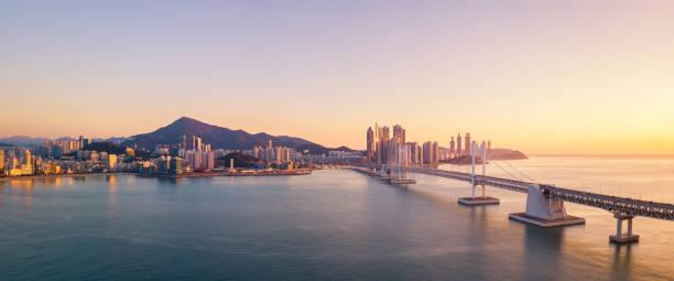 日の出、韓国釜山、海雲台と広安大橋空撮 - 釜山 ストックフォトと画像