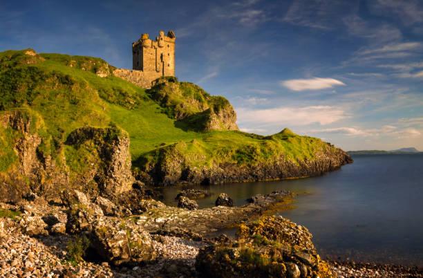 gylen castle sonnenuntergang - schottische kultur stock-fotos und bilder