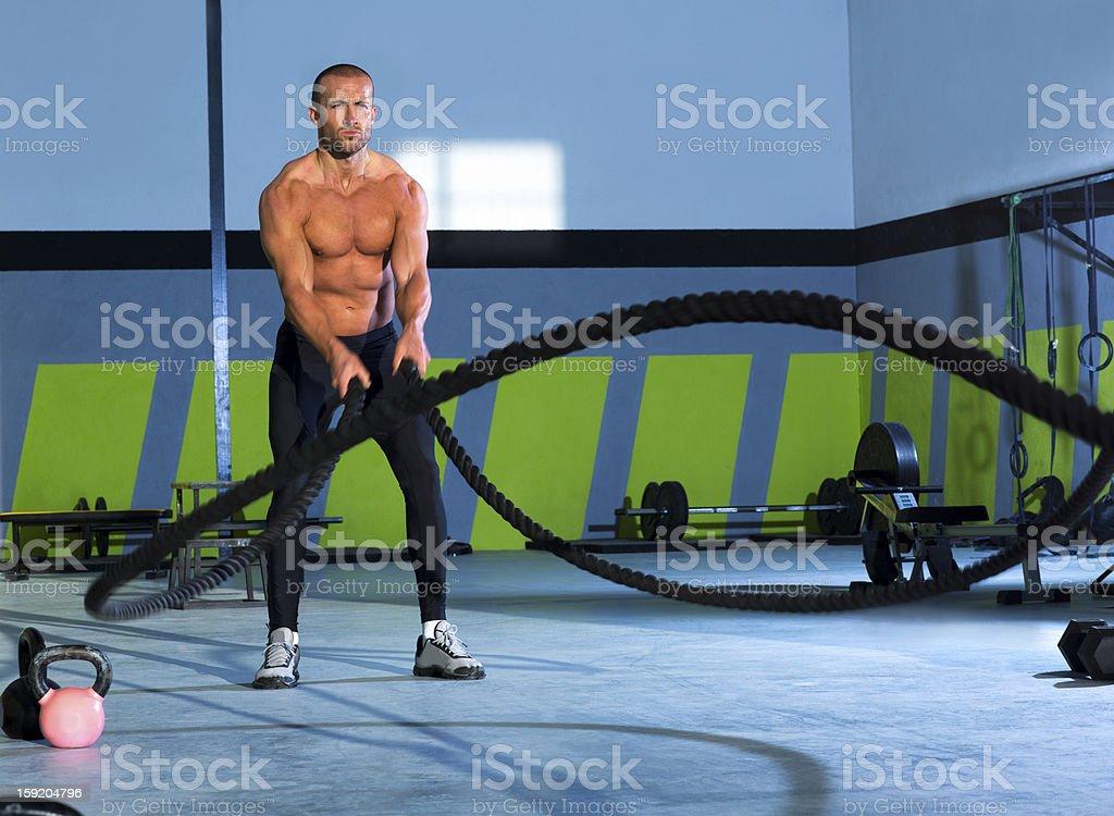 Cuerdas en un gimnasio Crossfit haciendo ejercicios de ejercicio - Foto de stock de Cuerda libre de derechos