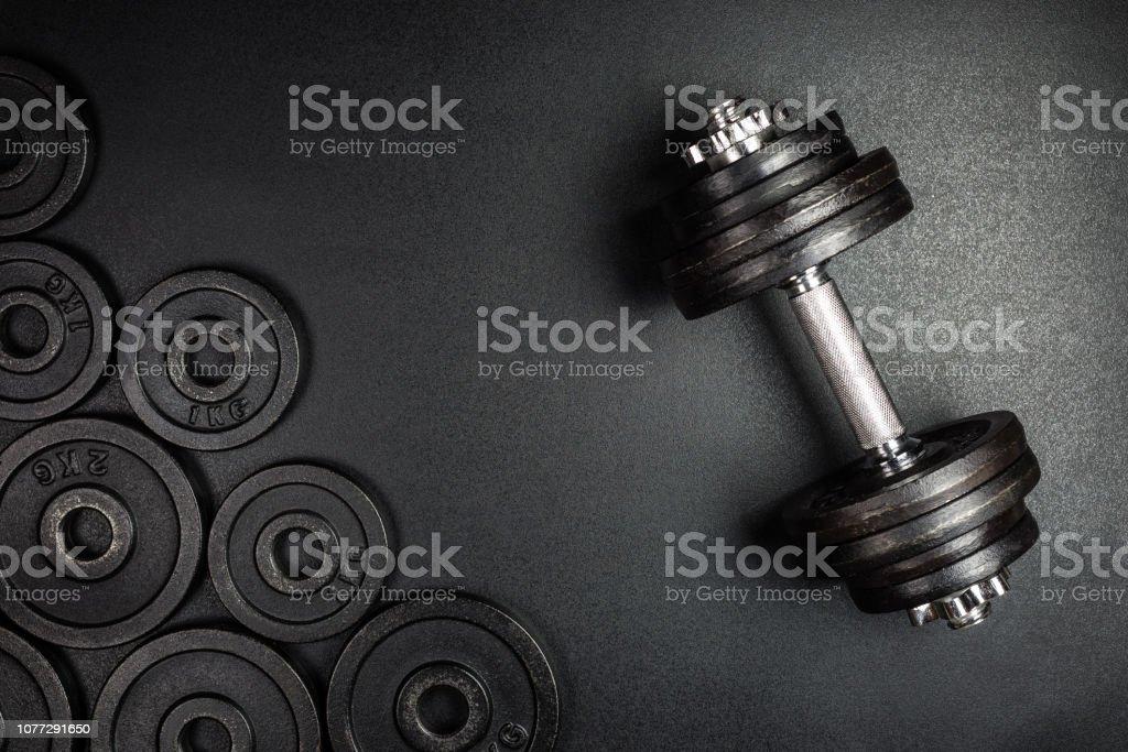Gym Hanteln mit schwarzem Metall wiegt 1 kg und 2kg auf schwarzem Hintergrund mit Kopie Space, Foto von oben. – Foto