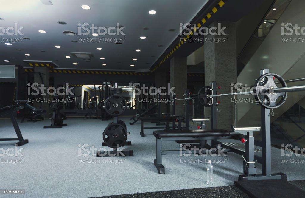 Interior gimnasio con equipo de levantamiento de pesas foto de stock libre de derechos