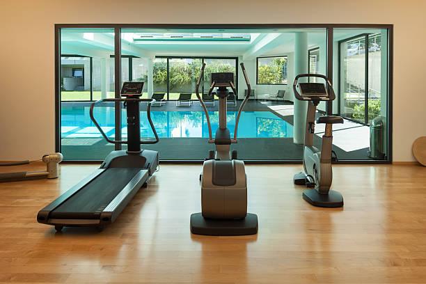 uma moderna academia de ginástica de casa - comodidades para lazer - fotografias e filmes do acervo