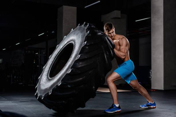 entrenamiento de gimnasio - bancos neumático en gimnasio hombre - hombres grandes musculosos fotografías e imágenes de stock