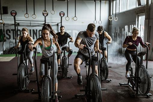 Foto de Cruz Apto Treinamento Em Bicicletas Estacionárias e mais fotos de stock de Academia de ginástica