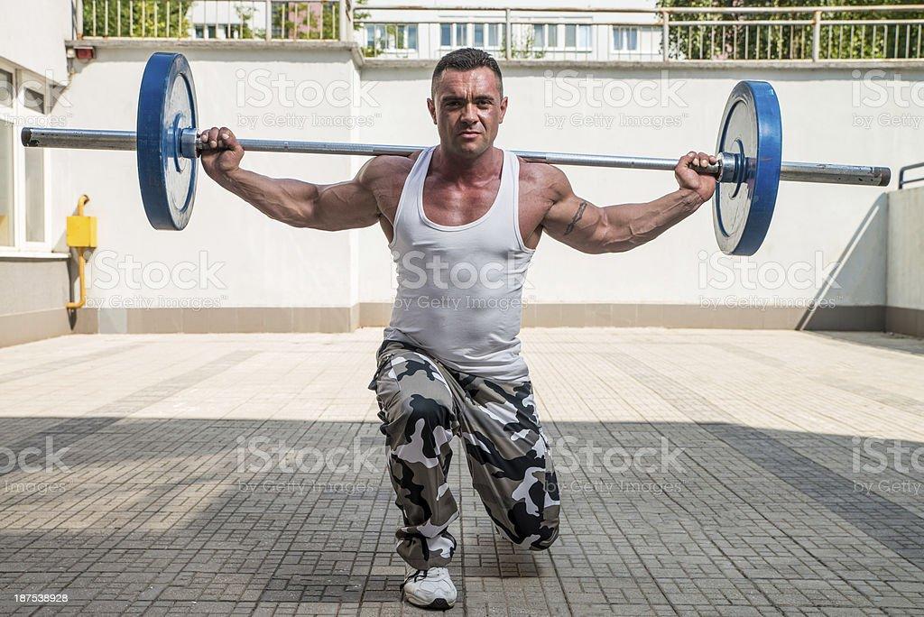 De ejercicios en el gimnasio con barra para pesas la sala de estar - Foto de stock de 30-39 años libre de derechos