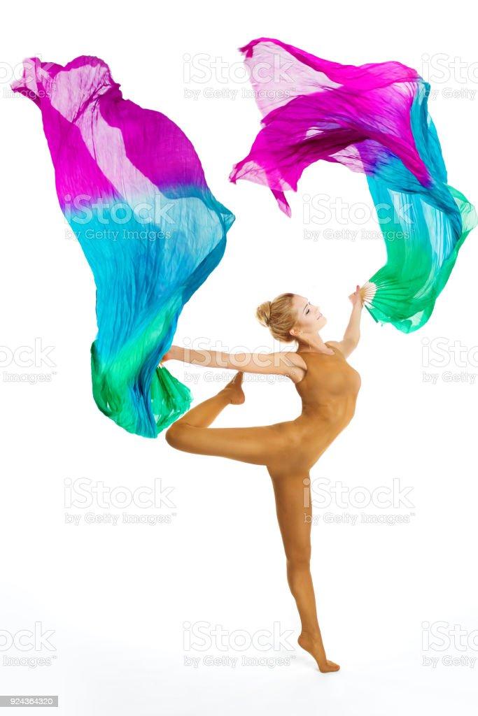 Danza de gimnasta con vuelo de tela colorida, gimnasia y aeróbic, baile a mujer acróbata en leotardo - foto de stock
