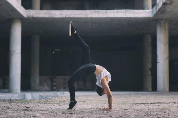 gymnast flicka på gatan - street dance bildbanksfoton och bilder