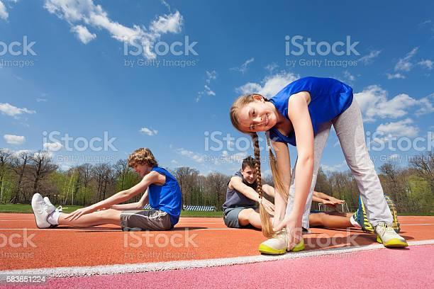 Gymnastik Im Freien Auf Dem Stadion Stockfoto und mehr Bilder von Aerobic
