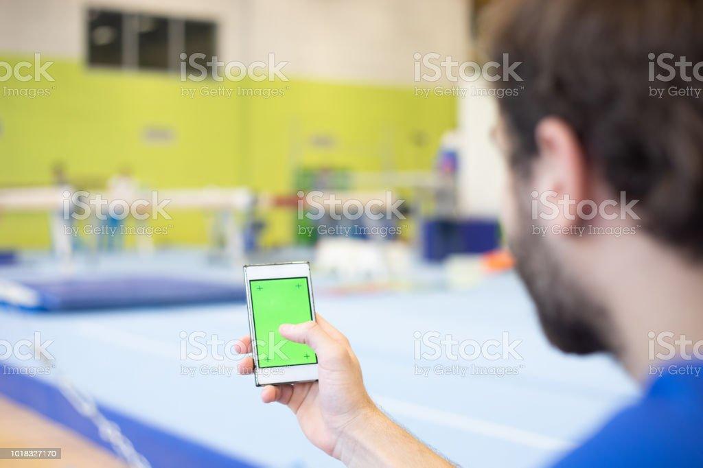 Gymnastikathlet Mit Mobiltelefon Mit Greenscreen Während Des