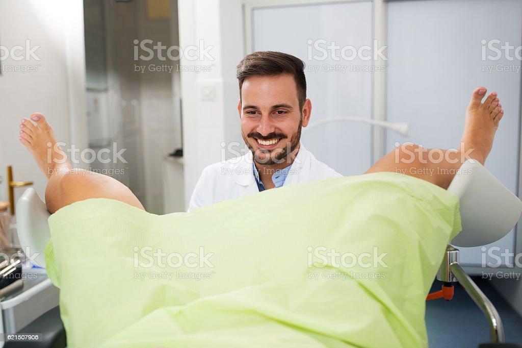 Gynecologist clinic examination, smiling happy doctor looking pa foto stock royalty-free