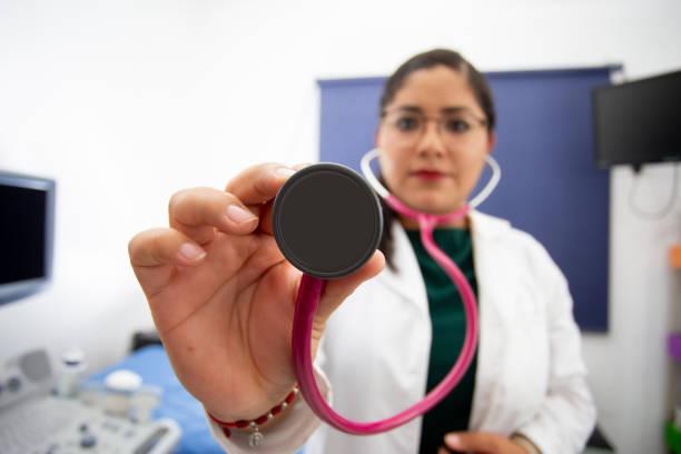 médico ginecólogo con bata blanca - gerardo huitrón fotografías e imágenes de stock