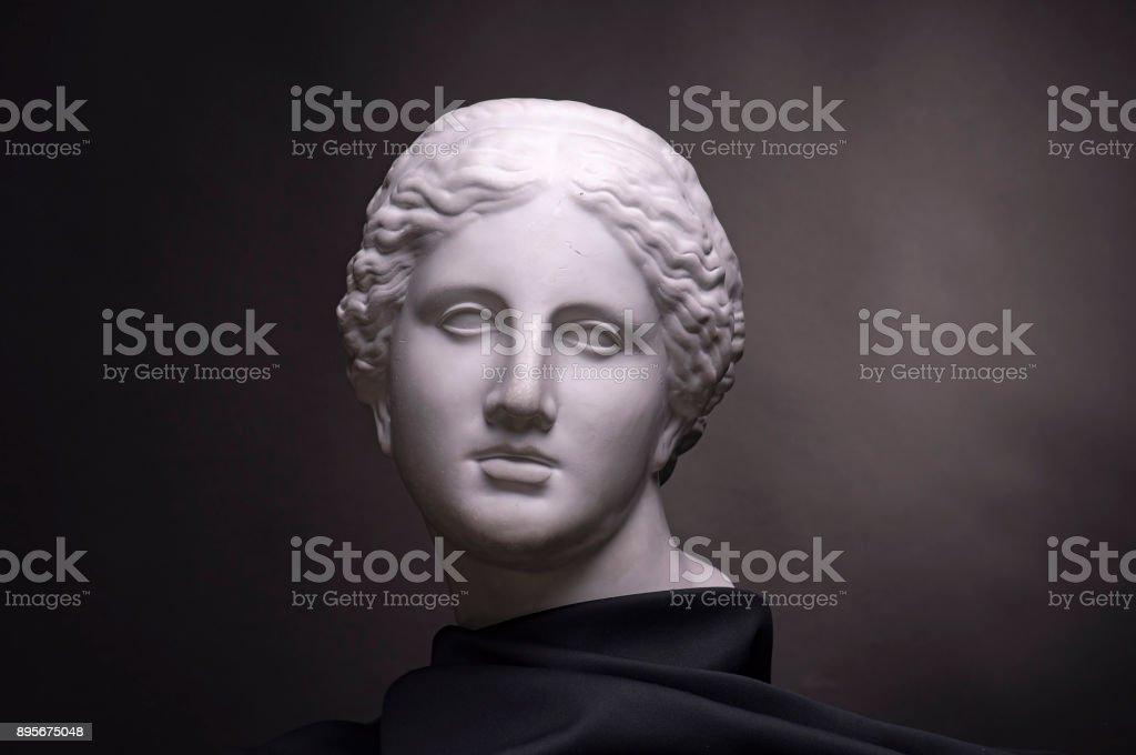 Buste de plâtre isolé sur fond noir, travaux d'élèves - Photo