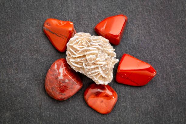 rosette de gypse avec jaspe rouge sur ardoise - rose des sables photos et images de collection