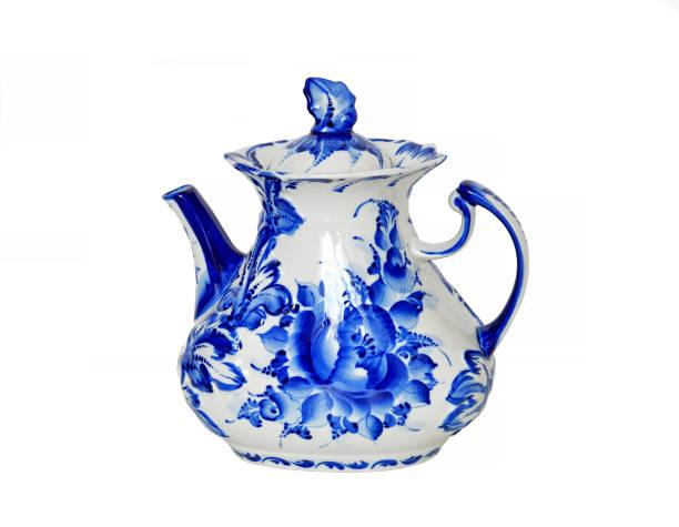 gzhel (gzel, gjel) oder blaue und weiße porzellan kommt nur aus malerischen dorf, 30 meilen von moskau. teekanne - keramikteekannen stock-fotos und bilder
