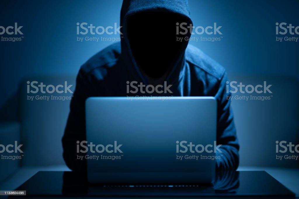 Pirate visage foncé utilisant l'ordinateur portatif photo libre de droits