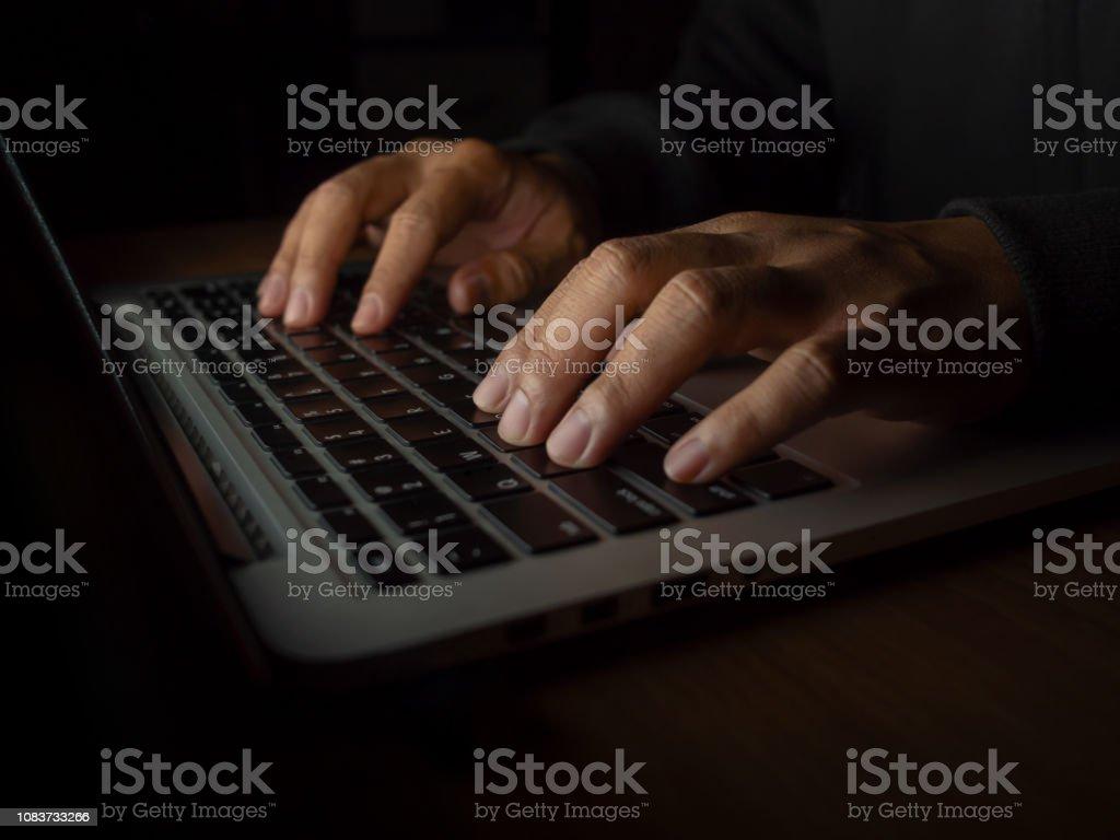 Hacker en concepto de fondo oscuro foto de stock libre de derechos