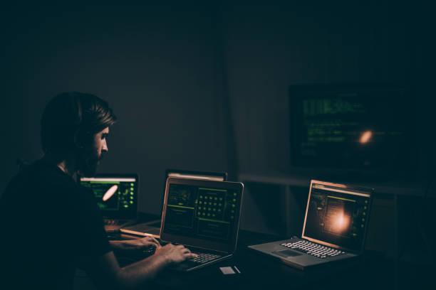 しのぐデータのハッカー - id盗難 ストックフォトと画像