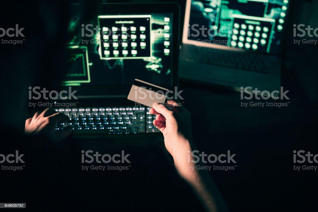 クレジット カードからお金を盗むハッカー ストックフォト