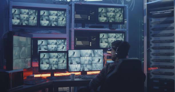 hacker kijken naar beveiligingscamera beelden - bewakingscamera stockfoto's en -beelden