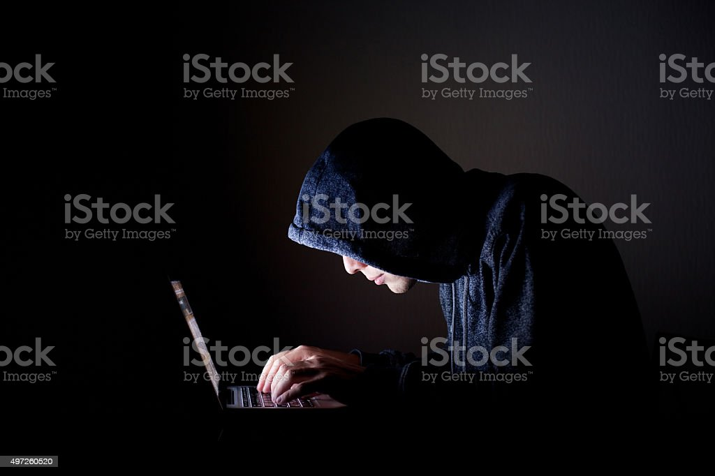 hacker mit laptop – Foto