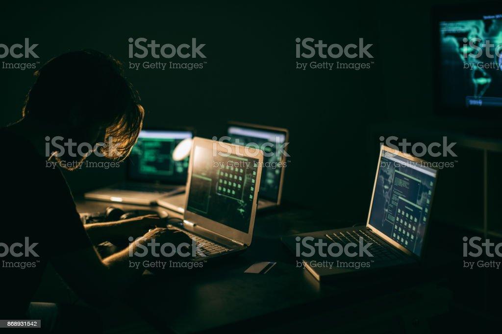 ハッカーラップトップで仕事する ストックフォト