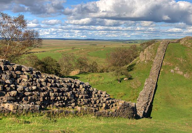 hadrian's wall in walton klippen komfort zu gewähren. - hadrian's wall stock-fotos und bilder