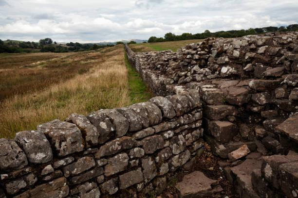 der hadrianswall, england, vereinigtes königreich - hadrian's wall stock-fotos und bilder