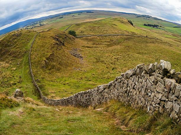 hadrian's wall in nordostengland - hadrian's wall stock-fotos und bilder