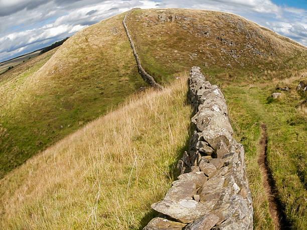 hadrian's wall in nordengland, großbritannien - hadrian's wall stock-fotos und bilder