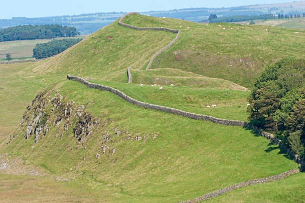 hadrian's wall nach osten in richtung housesteads - hadrian's wall stock-fotos und bilder