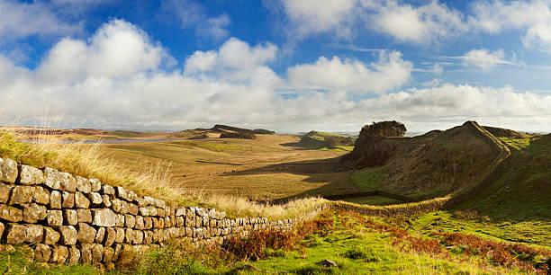 hadrian's wall in der nähe von housesteads fort in den frühen morgen licht - hadrian's wall stock-fotos und bilder