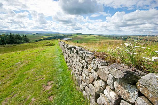 hadrian's wall in richtung crag lough - hadrian's wall stock-fotos und bilder