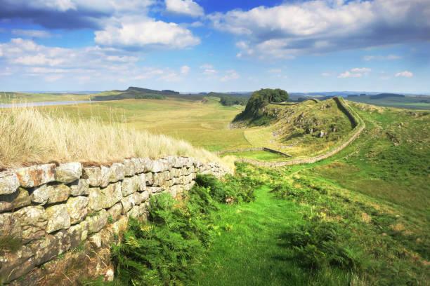 der hadrianswall blick richtung römisches kastell housesteads - hadrian's wall stock-fotos und bilder