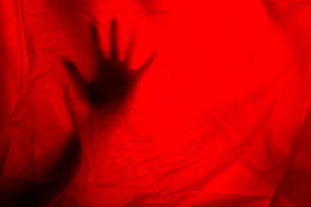 hads völlig rote vorhänge - mädchen vorhänge stock-fotos und bilder