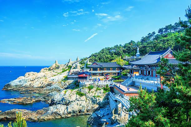 haedong yonggungsa 寺や海にお勧めの釜山の海雲台、韓国 - 釜山 ストックフォトと画像