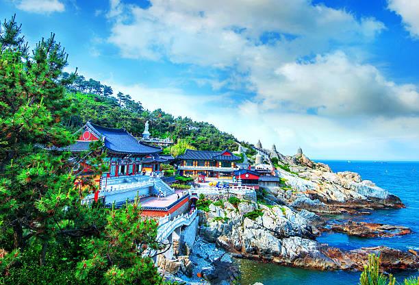 haedong yonggungsa 寺や海にお勧めの釜山の海雲台 - 釜山 ストックフォトと画像