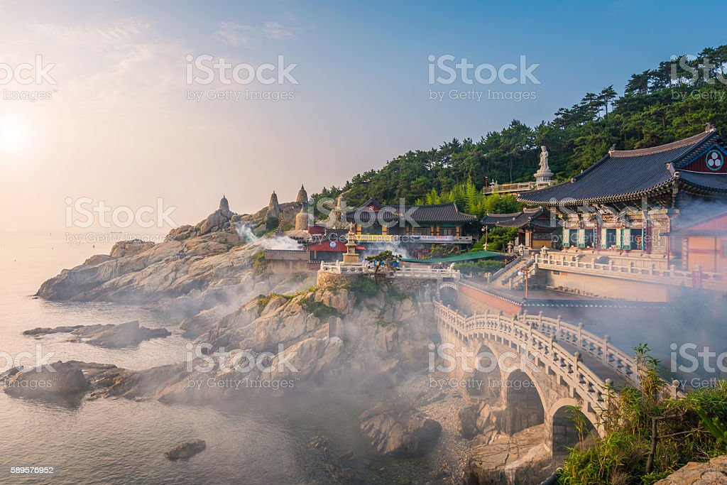 Haedong Yonggungsa Temple in Busan, South Korea - foto de stock