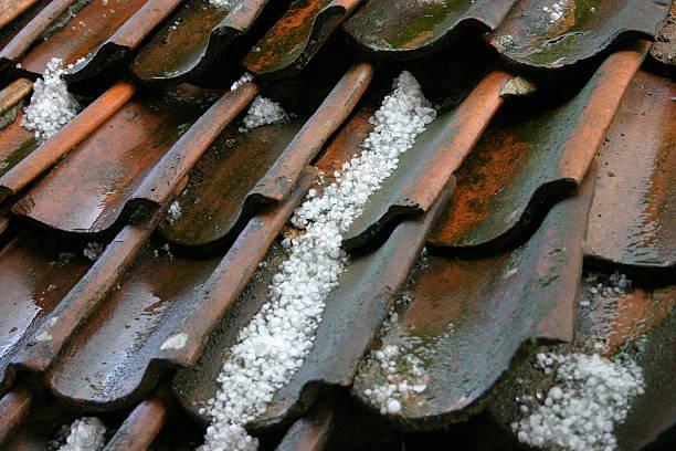 Hailstones auf einer alten Dach – Foto