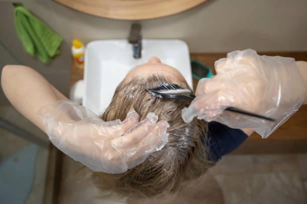 hair care at home - covid hair imagens e fotografias de stock