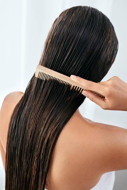 hair care. schöne frau nasses lange haar nach bad putzen - kamm stock-fotos und bilder