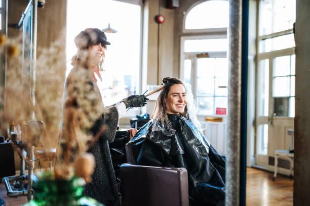 coiffeuse, petite entreprise - salon de coiffure photos et images de collection