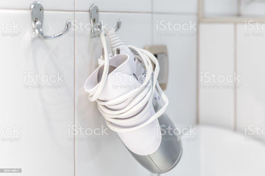 Sèche-cheveux dans la salle de bain - Photo de Appartement libre de droits